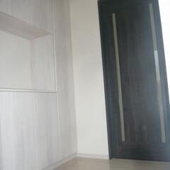 白いフロア/黒い建具/白黒内装/モノトーン内装/舞鶴工務店/舞鶴新築/... 白いフロアに白い下駄箱。 建具を黒系でモ…
