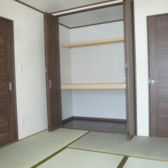 寝室は畳/畳で寝る/畳の部屋に天井までのクローゼット/畳の部屋建具は洋室仕様 寝室は畳。和室ではないので 天井まである…