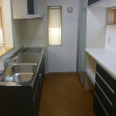 対面キッチン/システムキッチン/カップボード/レザー調キッチン/アルカリ浄水器ビルトイン/IH/... 対面キッチンはカップボード付。 床はコル…