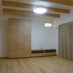 無垢フローリング/桧フローリング/漆喰壁/梁半現し/リビング造り付収納 無垢桧フローリングと白い漆喰壁。 天井は…