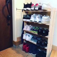 靴の収納 玄関に溢れている靴たちのためにラックをつ…