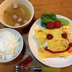 コンソメスープ/オムライス/夕飯 ある日の夕飯。 オムライス、コンソメスー…(1枚目)