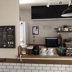 カルディオリジナル キャニスター缶 ブラック 1個(その他コーヒー、ティーカップ)を使ったクチコミ「【キッチン壁紙】  キッチンの奥には無地…」