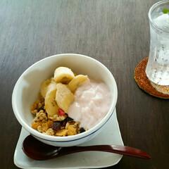 レモン水/ヨーグルト/バナナ/グラノーラ 用事を済ませてからの 遅めの朝食(^^)
