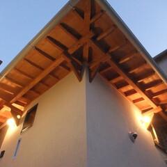 玄関/庇/アプローチ/垂木/照明/夕景/... 夕景の玄関アプローチ。