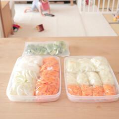 冷凍ストック/100均 お味噌汁の具材と次女の朝食用の野菜をカッ…