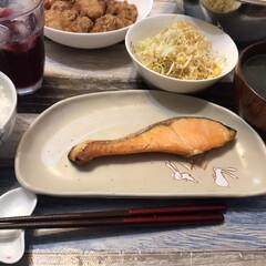 手抜きご飯/キャベツ/鮭/シャケ/和食/おうちごはん 今日は手抜きご飯です😓シャケを焼き、買っ…