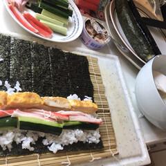 お昼ごはん/のり巻き/海苔巻き/おうちごはん/ランチ これはお昼ご飯を作っているところの写真で…