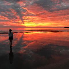 おでかけワンショット/旅行/風景 宮崎 青島海岸での夜明け 砂浜の海水に映…(1枚目)