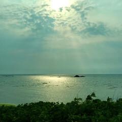 夕景/後光が差したみたい/車窓から/五能線/青森/おでかけワンショット 五能線の車窓から 太陽の光が後光が差した…