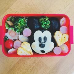 ミッキーマウス/デコ弁当/デコ弁/ディズニーお弁当/ミッキーお弁当/はじめてフォト投稿/... おとぼけ顔ミッキーさんのお弁当🍙  デコ…