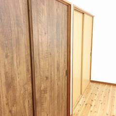 扉リメイク/押入れ/クローゼット/木目調壁紙/ドアリメイク/リメイクシート/... 寝室にある、クローゼットの収納扉を貼り替…