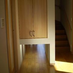 フローリング 廊下の突き当たりに鏡を置き、収納の下に空…