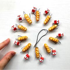 Handmade/ミニチュア雑貨/ミニチュア/ストラップ/フランスパン/miniature/... やっと形になってきましたー☺️  ス…