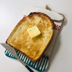 おうちごはん/家ごはん/トースト/パン/オシャレ 家で食べるトーストも、お皿が可愛いだけで…