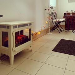 玄関ホール/暖炉型ファンヒーター/ニトリ/LEDガーランド/クリスマス仕様/トヨトミレインボー/... 寒くなりましたね☺️ 玄関ホールをクリス…