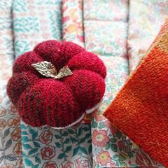 秋支度/裁縫道具/裁縫/ハロウィン/かぼちゃデザイン/リバティ/... 今年も、ツイードやウール100%生地、 …