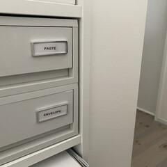 ラベルライター ブラザー ピータッチキューブ P-TOUCH CUBE 幅24mmテープ対応 本体 PT-P710BT   ピータッチ(ラベルプリンター)を使ったクチコミ「二階のホールの本棚です。  引き出しが設…」(1枚目)