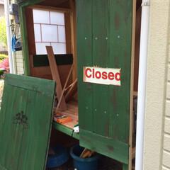 物置小屋/簡単/おしゃれ/暮らし/DIY/跳ね上げ式扉/... 丁度いいサイズが無かったので 野地板で物…(3枚目)
