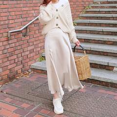 fashion/ccode/outfit/春コーデ/ワントーンコーデ/ZARA/... zaraのシンプルなサテンスカート  ゆ…