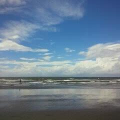 海/引き潮/雲/海岸/空/おでかけワンショット 引き潮で鏡のように映っています。江の島に…