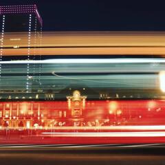 おでかけワンショット/東京駅 東京駅の前を大型バスが通過した時の写真で…
