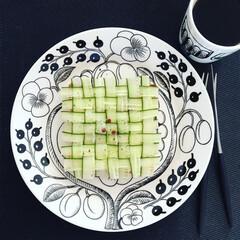 野菜/marimekko/食パンアレンジ/編み編み/アラビア/クチポールゴア/... 編み編みキュウリで朝ごはん。  下には残…