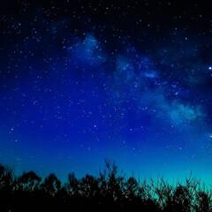 ブルー 光害で青くそまった夜空に天の川がうつる