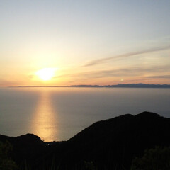 夕日/夕陽/山頂/佐渡ヶ島/海/日本海/... 山の頂上からの夕日です🌄 佐渡ヶ島も見え…(1枚目)