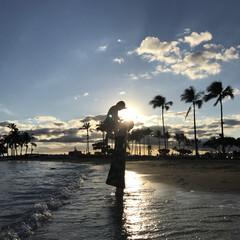 逆光/シルエット/親子/海/LIMIAおでかけ部/おでかけワンショット ずっと撮ってほしかった海でのシルエット写…