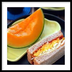 サンドイッチ/朝ごパン/スイーツ/メロン/コーヒー/パン/... 本日の娘たちの朝ごはんは実家から貰った甘…(2枚目)