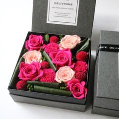 ピンク系/プリザーブドフラワー/プレゼント/フラワーアレンジボックス/贈呈品/お祝い/... 華やかで鮮やかにピンクのバラやプチダリア…