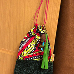 ポンポン/レザー/タッセル/アフリカ布/巾着/100均/... モールヤーン毛糸とアフリカ布の巾着作って…
