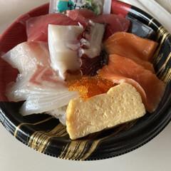 何かテキトーに/ついでに夕飯のお買い物/お買い得/近くのスーパー/海鮮丼/おうちごはん/... 今日のお昼 たまには贅沢して、海鮮丼♫ …