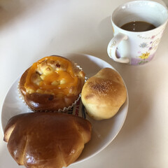 富山県射水市/パン屋さんで購入/カフェオレも定番/チーズパンも追加/塩パンは王道/クリームパン/... 今日の朝ごはん 久々に近所のパン屋さんへ…