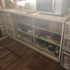 タッパー収納/タッパー/収納/ラップ/キッチン収納/キッチン雑貨/... こんにちは 我が家のキッチンです お家を…