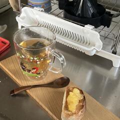 飛騨高山のお土産/カモミール/ハーブティー/オシャレに見せる/自家製リンゴジャム/黒パン/... 今日のおやつ 前に作ったハイジの黒パンに…