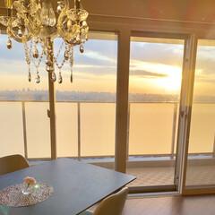 シャンデリア/リビング/ダイニングテーブル/朝日/インテリア/暮らし いつもは、昼か夜の写真なので、朝日がのぼ…