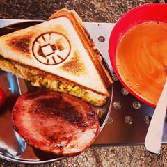 こんがりグルメ キャンプの定番朝ごはんホットサンド。 具…