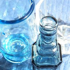 ガラス/ブルー 青いガラスのボトルや器は涼しい感じがして…