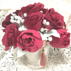 ハントメイド/母の日ギフト/粘土細工/クレイクラフト/クレイフラワー/雑貨/... 赤いバラ の アレンジ 仕上がりました …