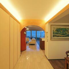 アプローチ/間接照明/左官/磨き壁/アーチ 「海を臨む家」 磨き壁のアーチ越しに見え…