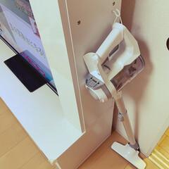 掃除機スタンド/掃除機置き場/アポセン掃除機/掃除機収納/キッチン壁紙 テレビボードにフックつけて、とても軽いの…