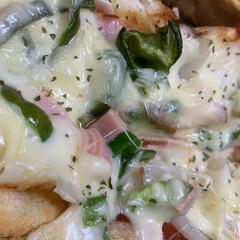 ケチャップ/バター/ベーコン/パセリ/モッツァレラチーズ/ピーマン/... 昼食   熱々 チーズトースト。  玉ね…(1枚目)