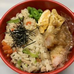 お弁当/混ぜご飯/エビの天ぷら/スナップエンドウ/だし巻き卵 今日のお弁当  昨日の残りの混ぜご飯。 …