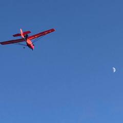 ブルー/飛行機/ウルトラライトプレーン/月 昼間の月と、飛行機(ウルトラライトプレー…