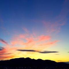 今日の夕日/空/天気/山 今日の夕日。 絵の具をまき散らしたような…