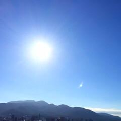 夏の空/眩しい/太陽/風は秋の気配 夏の空。 太陽が眩しくて、 目を閉じて撮…