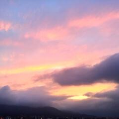 今日の空/夕日。/雨雲/景色/風景 今日の空。 空に淡く広がる夕焼けがキレイ…(1枚目)