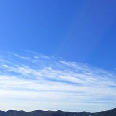 今日の空/天気/青空/白い雲/山の緑/眩しい太陽 今日の空。 青空と白い雲と山の緑。 秋の…